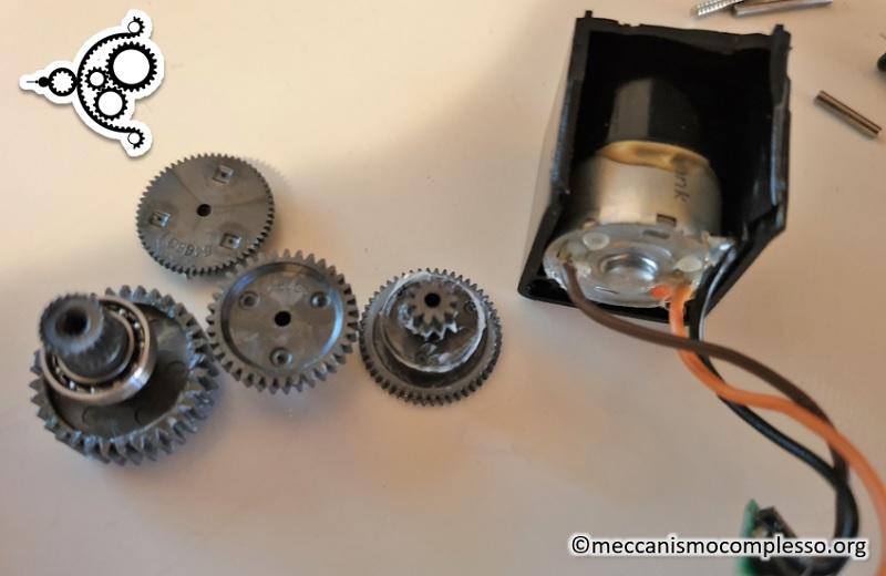 Servo motore - ingranaggi demomoltiplicatori e motore DC interno